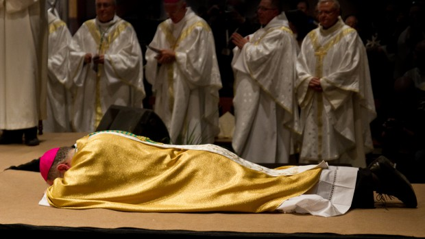 Jean-Philippe_Nault_ordination_prostration